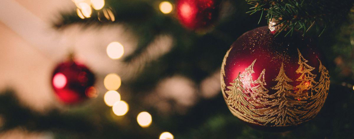 Weihnachtskugel am Tannenbaum