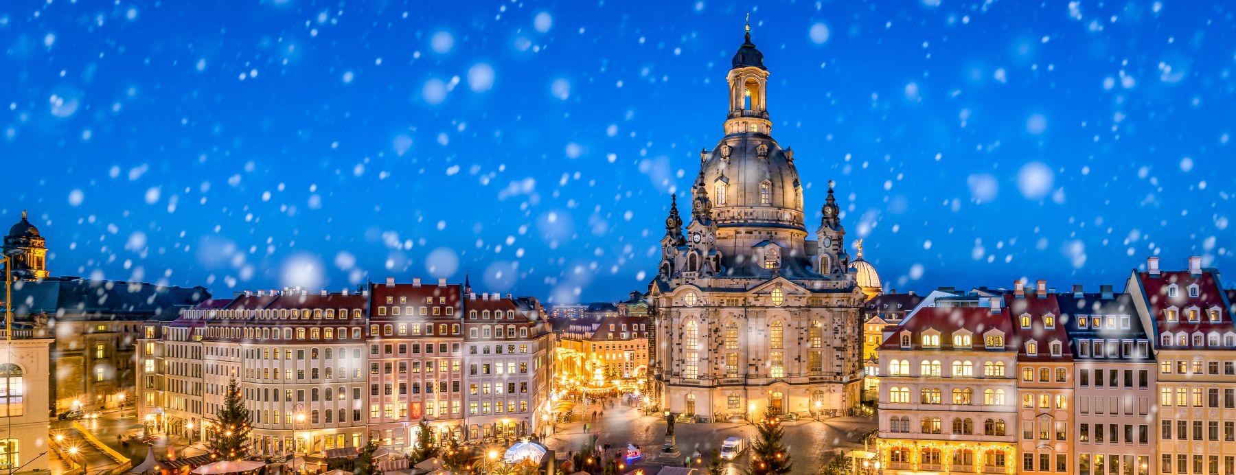 Altstadt Dresden mit Frauenkirche und Herrnhuter Stern in der Kuppel