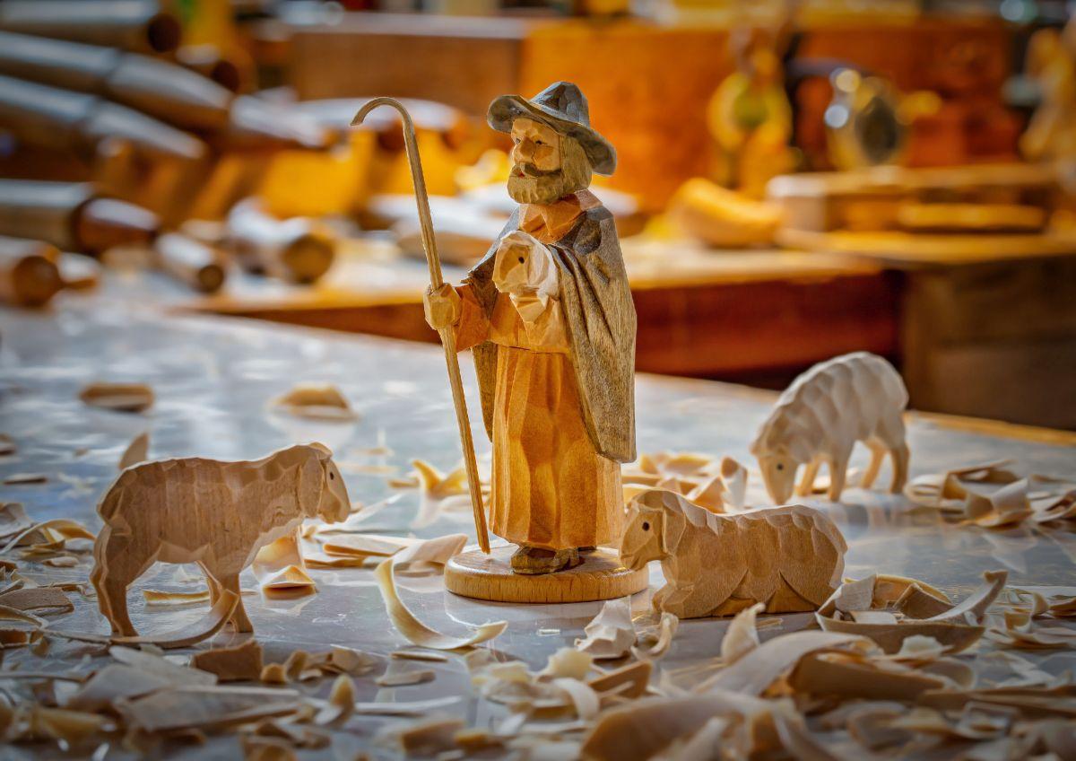 Schäfer und Schafe geschnitzte Holzfiguren